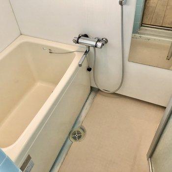 お風呂はサーモ水栓で温度調節しやすいですよ。