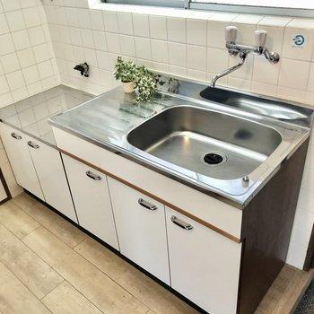 コンロは持ち込みですがシンクも広く使いやすいキッチンです。(※写真の小物は見本です)