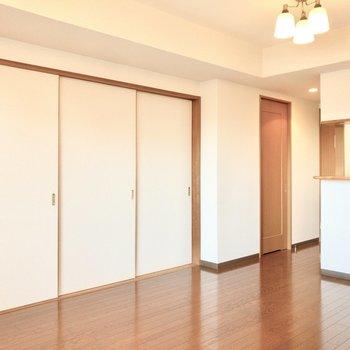 【LD】お隣には和室があります。