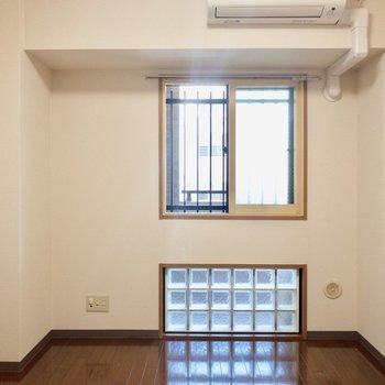 【洋室】ブロックタイルの窓がお部屋のアクセントに!