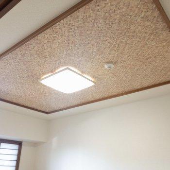 【和室】天井も木の編み込みで、和の落ち着いた雰囲気を引き立ててくれています。
