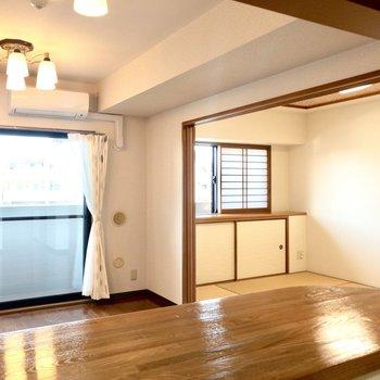 【キッチン】カウンターキッチンからお部屋全体が見渡せます。