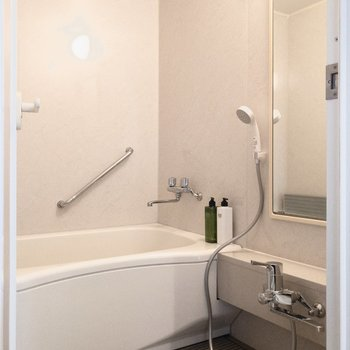 ゆったりスッキリとした浴室。