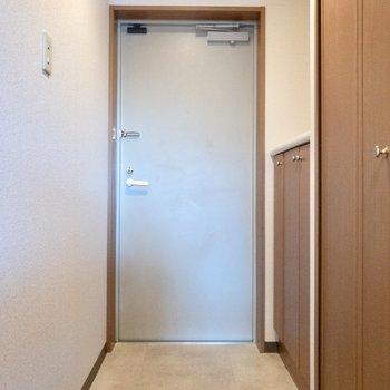 段差を下がって玄関スペースがあります。