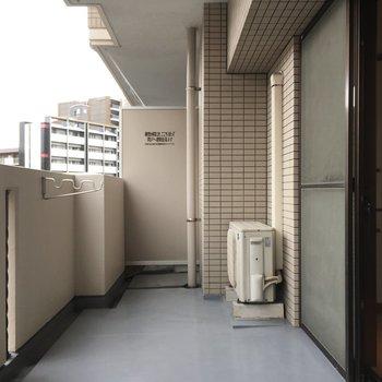 バルコニーはワイドタイプ。お部屋への雨の吹込みはなさそう。(※写真は6階の同間取り別部屋のものです)