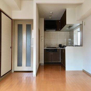 LDKの奥にキッチンスペース。(※写真は6階の同間取り別部屋のものです)