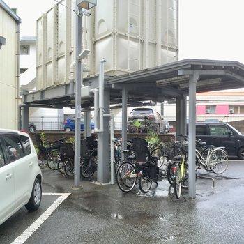 自転車置き場は貯水槽の下でした。