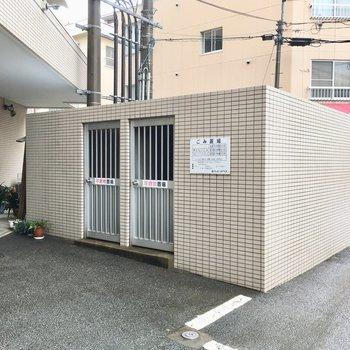 ゴミ置き場はマンション裏側に。