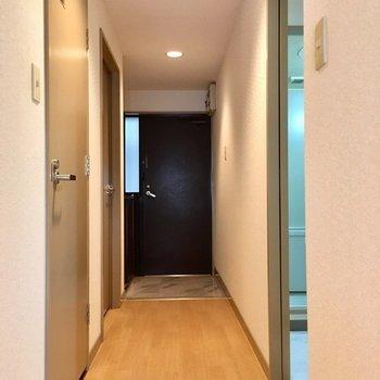玄関の前には長い廊下。(※写真は6階の同間取り別部屋のものです)