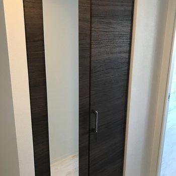 こちらはシューズボックス 鏡が地味に嬉しい、身だしなみチェック※写真は同間取り別部屋