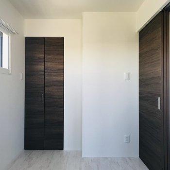 こちらは4.85帖の洋室 寝室にするには充分のスペース※写真は同間取り別部屋