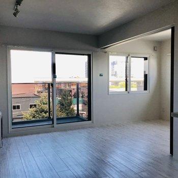 こちら8.2帖のリビング 窓が大きくて明るい印象※写真は同間取り別部屋