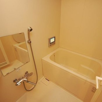 お風呂はテレビ・追焚・浴室乾燥付!(※写真は8階の反転間取り別部屋、清掃前のものです)