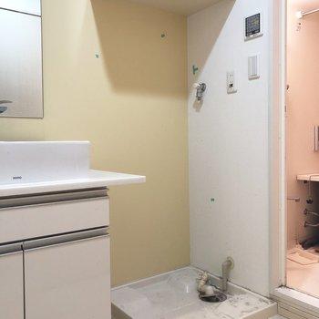 洗濯機はお隣へ(※写真は8階の反転間取り別部屋、清掃前のものです)