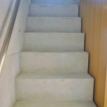 コンクリの階段※写真は別室です。