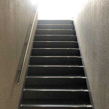 4階までは階段でどうぞ。