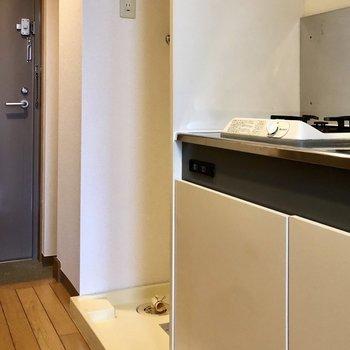 洗濯機置場はキッチンのお隣。※写真は2階の同間取り別部屋のものです