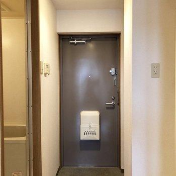よく履く靴は出しておけそうな広さの玄関。※写真は2階の同間取り別部屋のものです