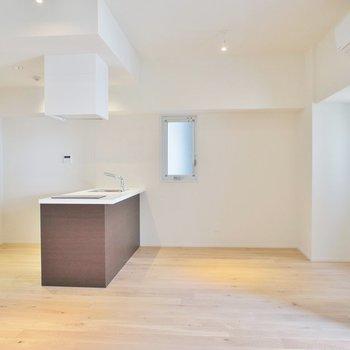 キッチンに合わせて茶色の家具にしようかな~※写真は同タイプの別室