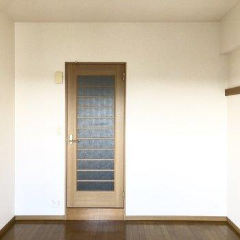 シンプルな居室。※写真は8階の同間取り別部屋のものです