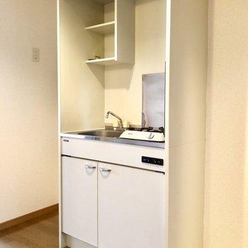 キッチンのお隣には冷蔵庫を置くスペースもあります。※写真は8階の同間取り別部屋のものです