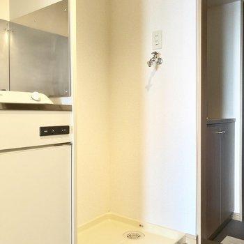 洗濯機置場はキッチンのお隣。※写真は8階の同間取り別部屋のものです