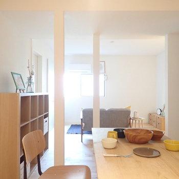 【家具イメージ】柱の間から入り込む爽やかな風と太陽光