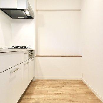 後ろ側に冷蔵庫や食器棚関係は一式レイアウト