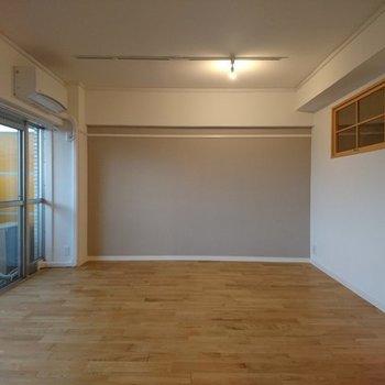 【完成イメージ】小窓が可愛いリビング空間!小窓の奥は書斎(窓は開かないタイプ、仕様が異なる可能性あり)