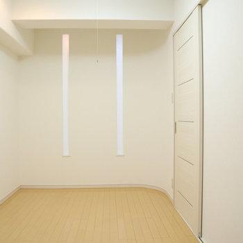 【洋室1】和紙を通して光が入ってきます。