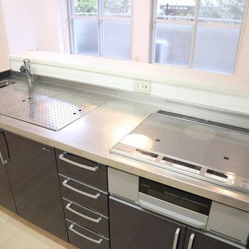 備え付けの調理台で作業スペース拡大。