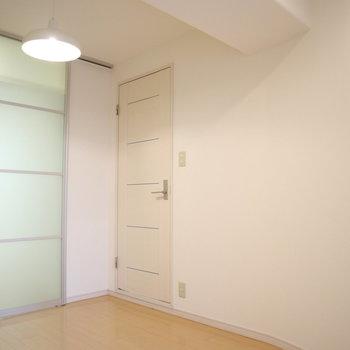 【洋室2】淡い色のドアが素敵。