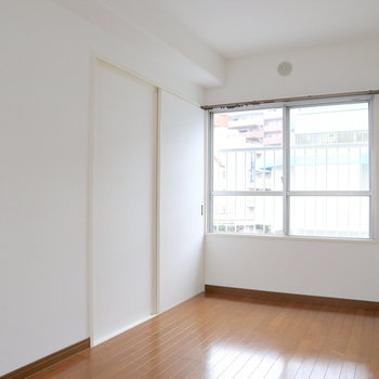 【洋室2】部屋の両サイドに窓。