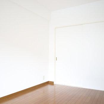 【洋室1】真っ白な壁が綺麗♪