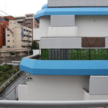 お向かいは水色の建物。