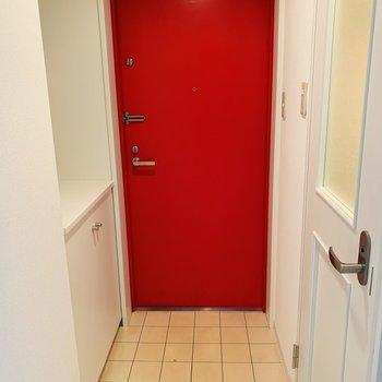 玄関扉は赤です