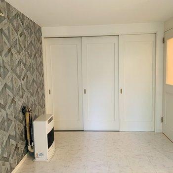 洋室の扉もシンプルな白で良い感じ