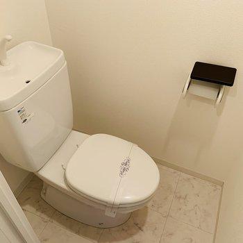 おトイレも白でシンプル