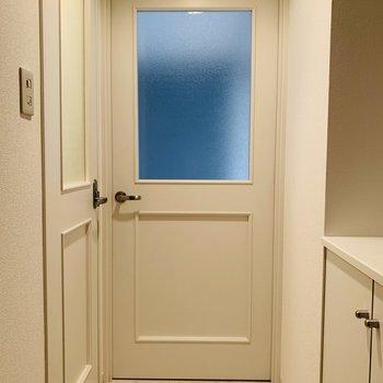 玄関からリビングへの扉が可愛い♪