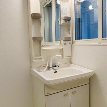 洗面台はシャワー付き◎ 窓もあって明るいですね