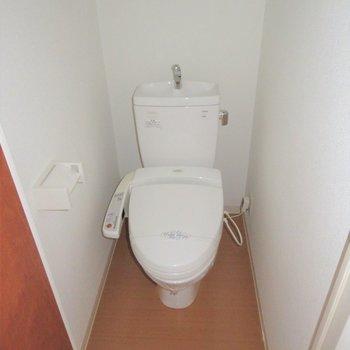 トイレと個室に(※写真と文章は14階の類似間取り別部屋のものです)