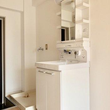 玄関前に洗面台と洗濯機置き場があります。