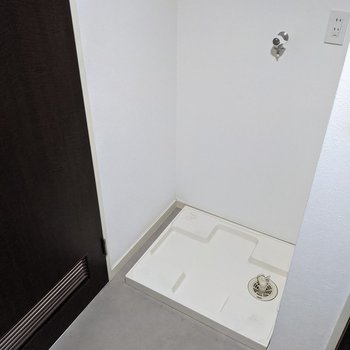 洗濯機置場は扉の近くに。