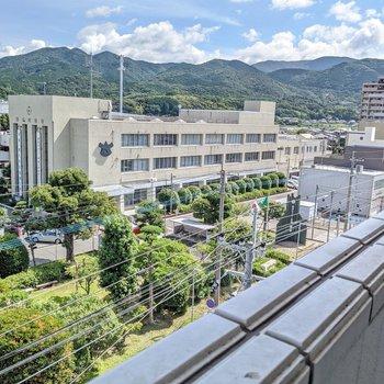 共用廊下側からは篠栗町役場が見えますよ。