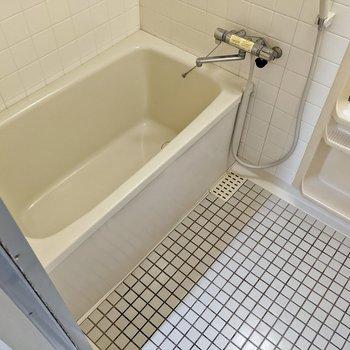 お風呂はサーモ水栓がつきました。