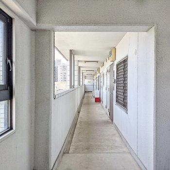 共用廊下も外に面していて明るいです。