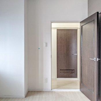 廊下を挟んで向かいに脱衣所。廊下とはちょっぴり段差があるので気をつけて。