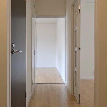 玄関から見て正面にも洋室があります。