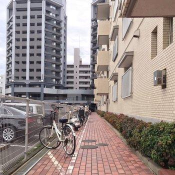 駐輪場は建物前に。綺麗に並んでいました。