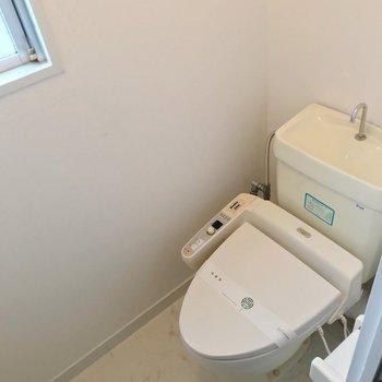 トイレにはウォシュレット付き、窓もあって快適です。